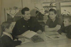 Классики на этажерке, 1958 год. Фото из личного архива автора