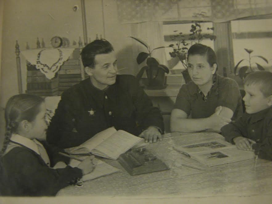 Наша читающая семья. 1958 год. Фото из личного архива автора