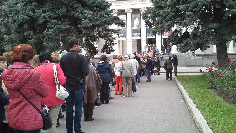 Очередь на Рафаэля. Фото www.timeout.ru