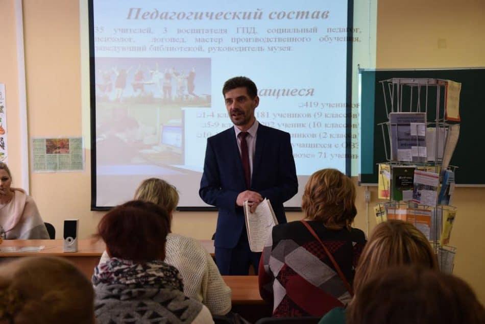 Директор Пряжинской школы Олег Степанов. Фото Марии Голубевой