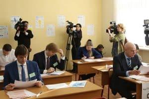 Экзамен сдают руководитель Рособрнадзора Сергей Кравцов (слева) и солист группы «Моральный кодекс» Сергей Мазаев