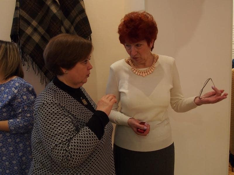 Куратор выставки Марина Коршакова (слева)