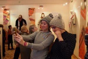 На выставке можно и шапочку примерить!