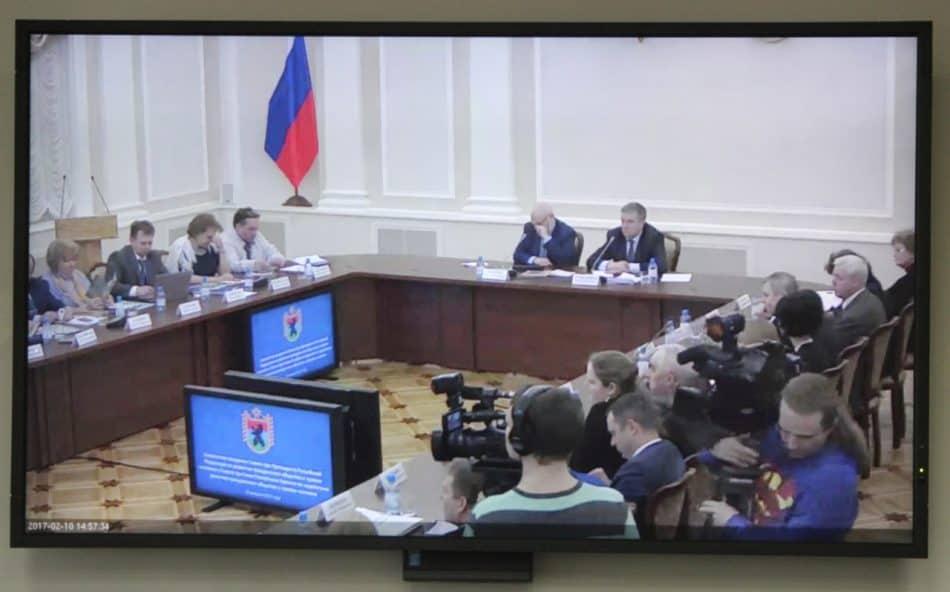 Журналисты следили за ходом совещания по видеотрансляции