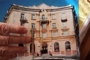 Марина Георгиевна держит фото, на которой запечатлен ее знаменитый дом