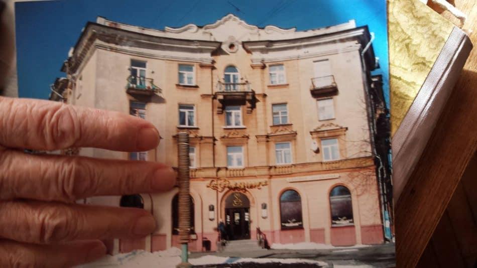 Марина Георгиевна держит снимок, на котором запечатлен ее знаменитый дом
