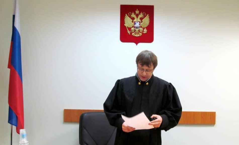 Судья Петрозаводского городского суда Павел Малыгин зачитывает вердикт