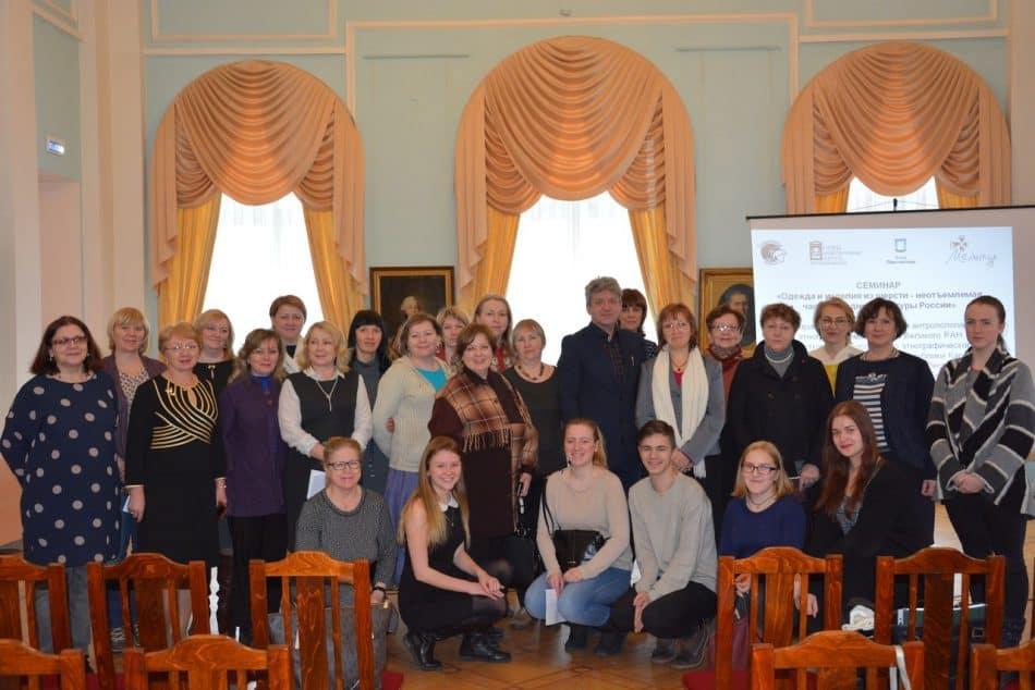 Участники семинара, гости из Санкт-Петербурга, владелец коллекции костюмов Сергей Глебушкин, сотрудники музея