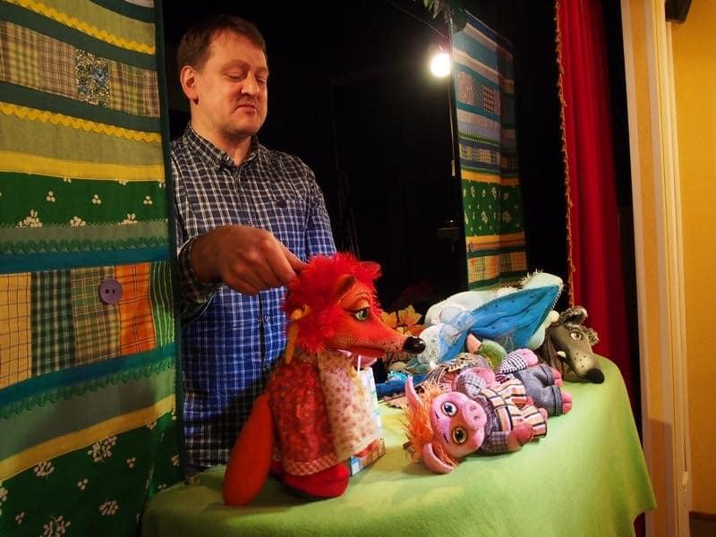 Актер и режиссер Борис Кудрявцев знакомит гостей с театром