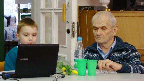 Хорошо, когда внук твой помощник!