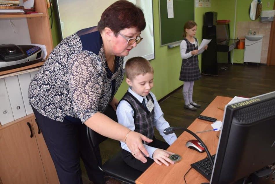 Елена Толмачева и второклассники активно работали с интерактивной доской и компьютерами