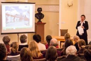 Елена Ициксон читает лекцию о Константине Гутине.  Фото Ильи Орлова-Макарова