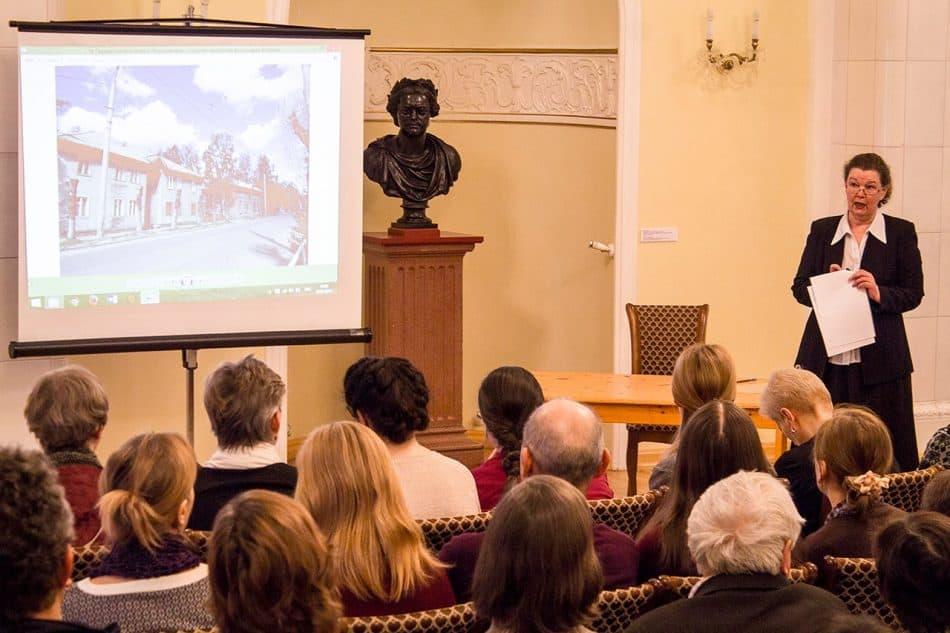 Елена Ициксон читает лекцию об архитектуре послевоенного Петрозаводска. Фото Ильи Орлова-Макарова