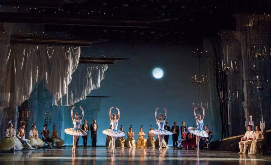 """Сцена из спектакля """"Лебединое озеро"""" в Музыкальном театре РК. Фото Виталия Голубева"""
