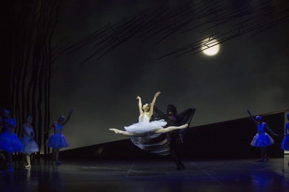 """Сцена из балета """"Лебединое озеро"""" в Музыкальном театре Карелии. Фото Музыкального театра РК"""
