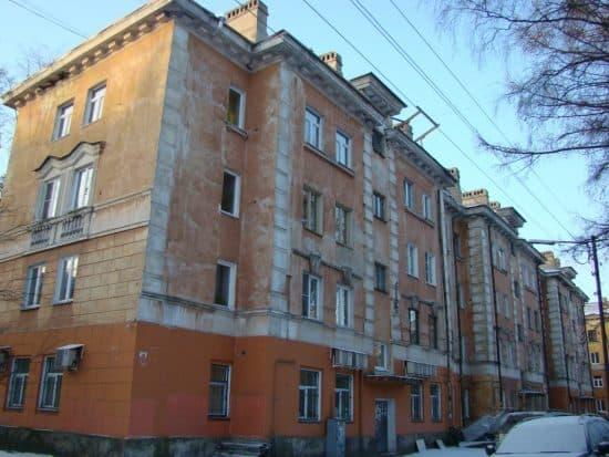 Дом на ул. Анохина,12. Нижний карниз остался на прежнем, довоенном месте, и не совпадает с перенесённым карнизом других стен.