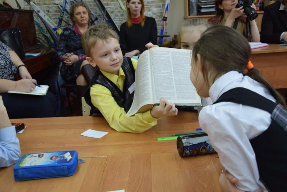 На уроке окружающего мира Александры Вичуриной дети активно работали со словарями