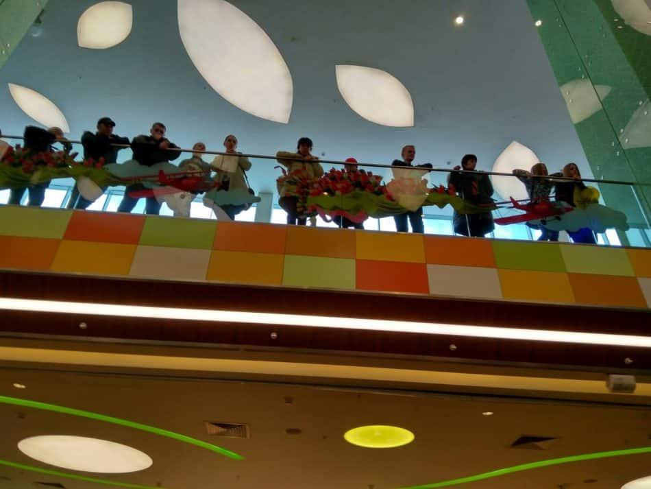 """Оркестр """"Онего"""" выступает в торговом центре. Фото Зои Арнаутовой"""