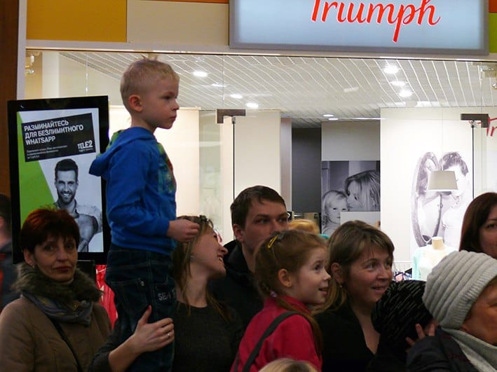 """Оркестр """"Онего"""" выступает в торговом центре. Фото КГФ"""