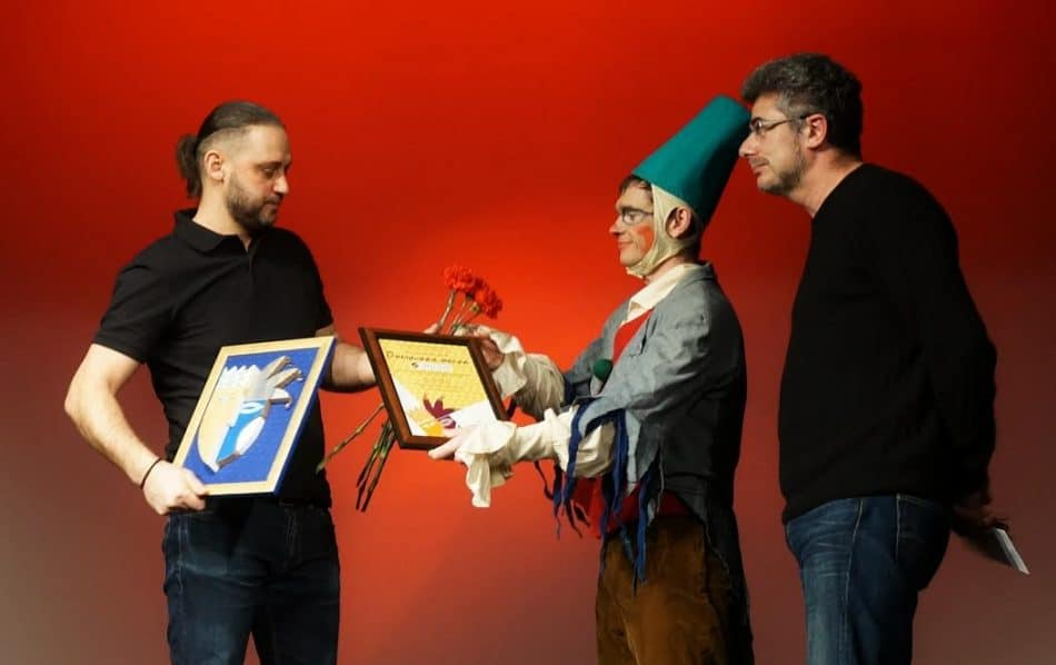"""Специальный приз секции критиков за сценографию в спектаклях """"Небыван"""" и Сын-медведь"""" получил художник Егор Кукушкин"""