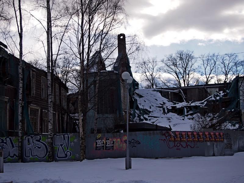 Здание бывшей детской поликлиники, объект культурного наследия, доведен собственником до разрухи...