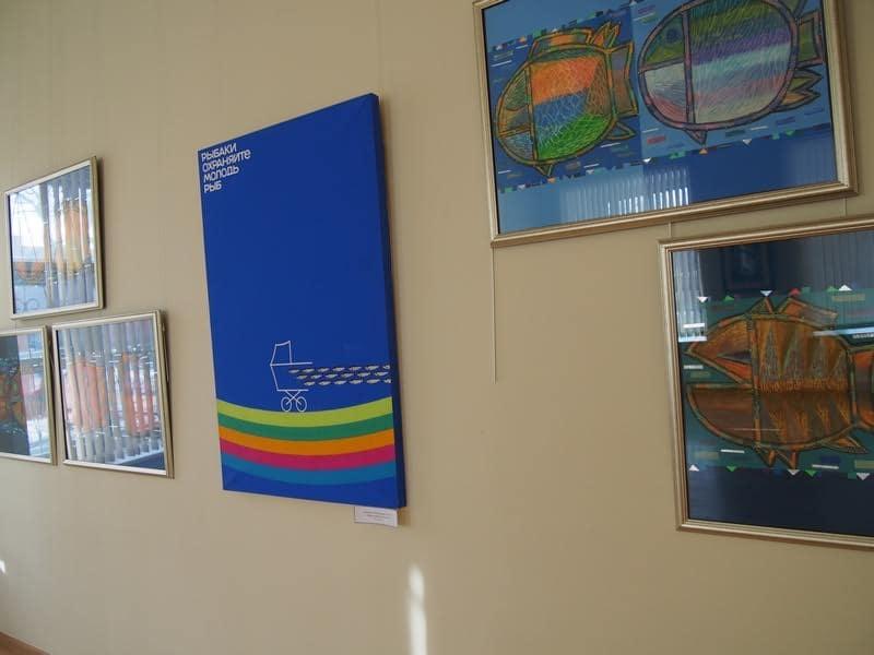 """На переднем плане """"Рыбы"""" Виктории Зориной, в центре плакат Рейно Юссикайнена"""