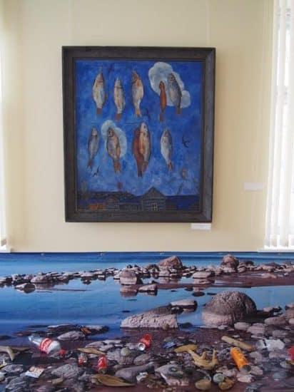 """Вверху известная работа петербуржского художника Валерия Ватенина """"Рыбы и птицы"""", внизу часть инсталляции"""