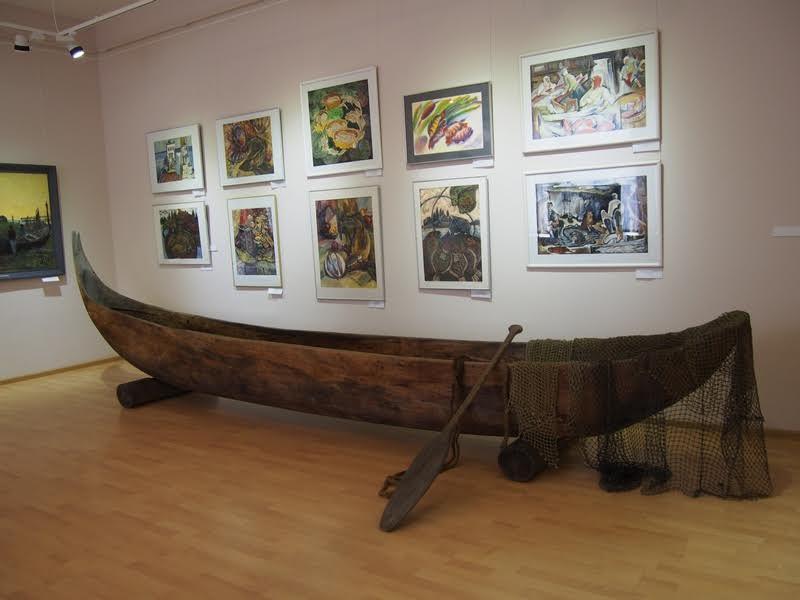 На переднем плане лодка-долблёнка