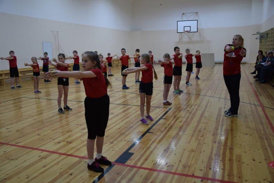 Урок физкультуры в третьем классе ведет Наталья Тибурева