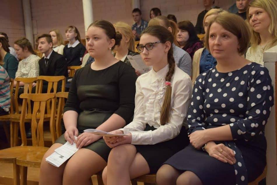 В зрительном зале учителя, родители и школьники