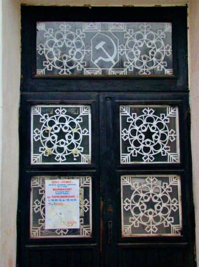Оформление дверей Дома офицеров тоже сделано по проекту Эмилии Тентюковой.