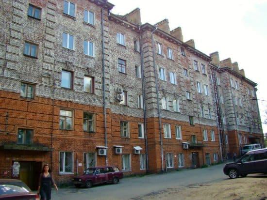 Дворовой фасад дома по ул. Гоголя,22 так и остаётся не оштукатуренным с 1933 года. Так выглядели все остальные дома до войны.