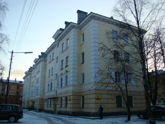 Дом по улице Анохина, 8 сохранил первоначальный декор.