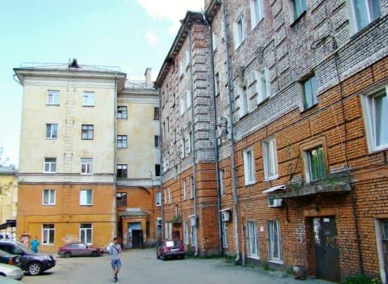 Дом №22 по ул. Гоголя. Хорошо видна довоенная часть дома и послевоенное торцовое завершение.