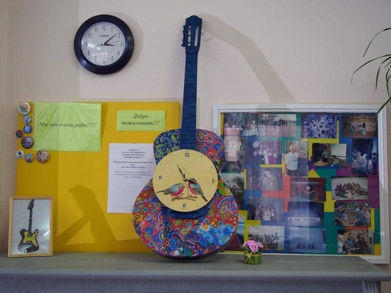 Эту гитару подарила клубу его выпускница Наталья Васильева (Малова)