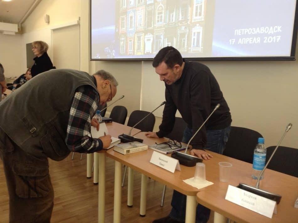 Борис Гущин (слева) взял автограф у Павла Басинского