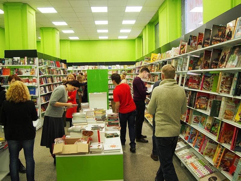 """В магазине будут оборудованы специальные места для чтения. Появится ли кофейня, как в Петербурге, - пока вопрос. Обсуждается вариант соединить магазин напрямую с кафе """"Бегемот"""", которое находится в этом же здании"""