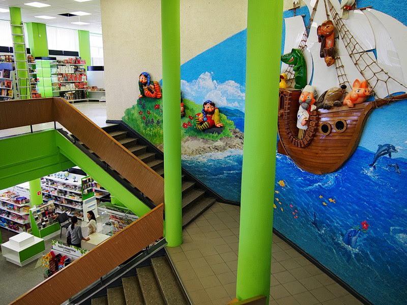 Лестница на второй этаж, который полностью отдан детям