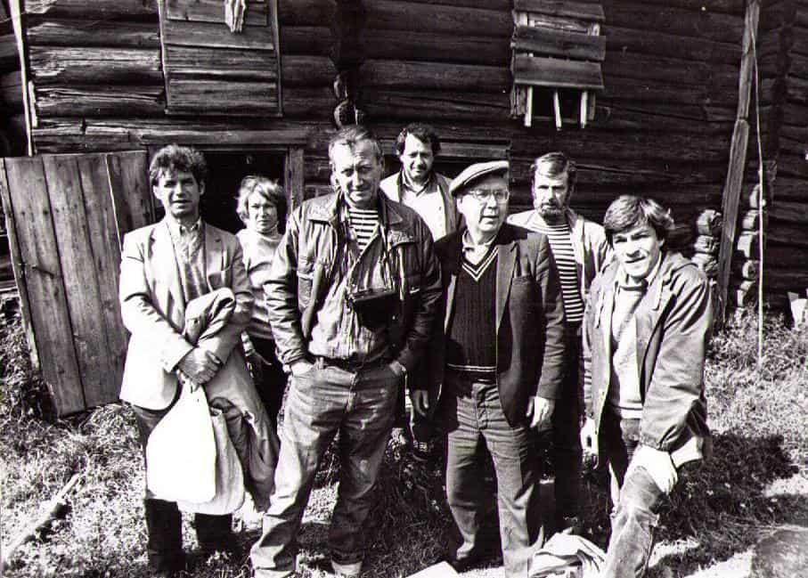 Около дома Тихонова в деревне Мяльзино. В центре Евгений Евтушенко и Марат Тарасов. Сзади Лев Левинсон и Эрик Тулин