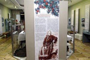 Экспозицию открывает портрет Ирины Андреевны Федосовой