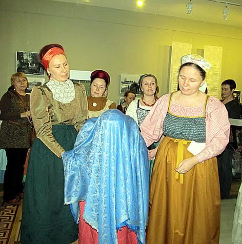 Участники фольклорно-этнографического театра музея показывают фрагмент свадебного обряда