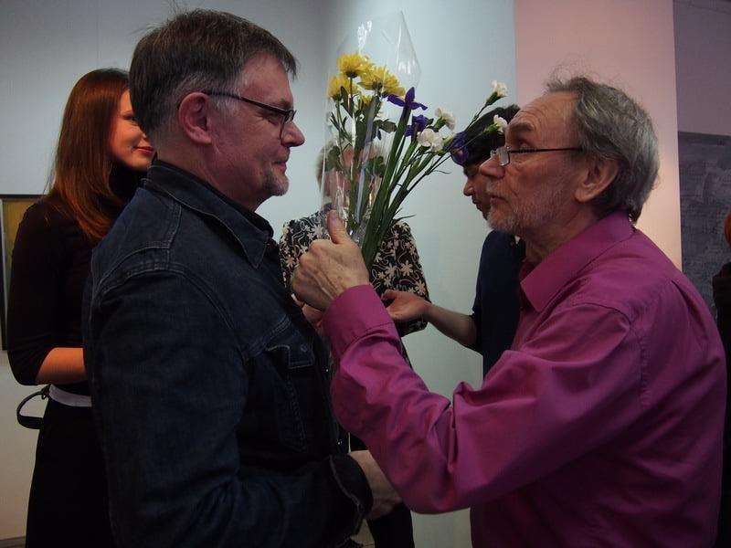 Аркадий Морозов (справа) поздравляет Артема Стародубцева