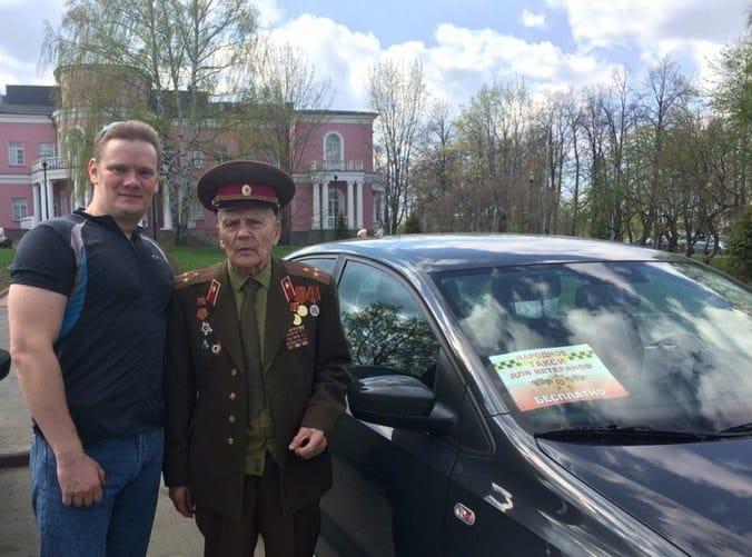 Волонтер-водитель Алексей Габуков и ветеран Григорий Леонтьевич Дементьев