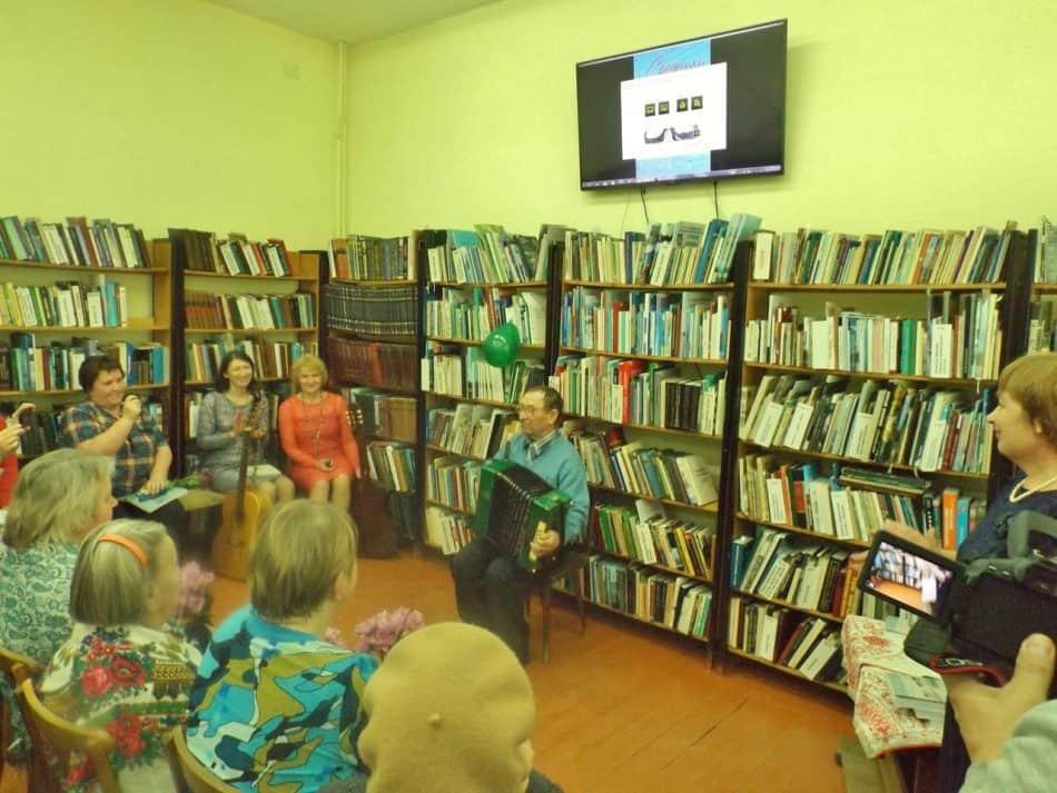 Автор книги А.П. Андрианов под аккомпанемент гармошки рассказал веселую байку о танцах в Заонежье.