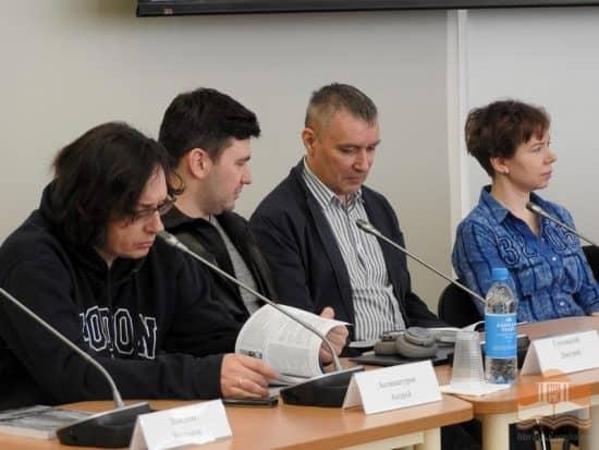 Ирина Мамаева (спрва) среди участников Литературного собрания в Петрозаводске. Фото library.karelia.ru