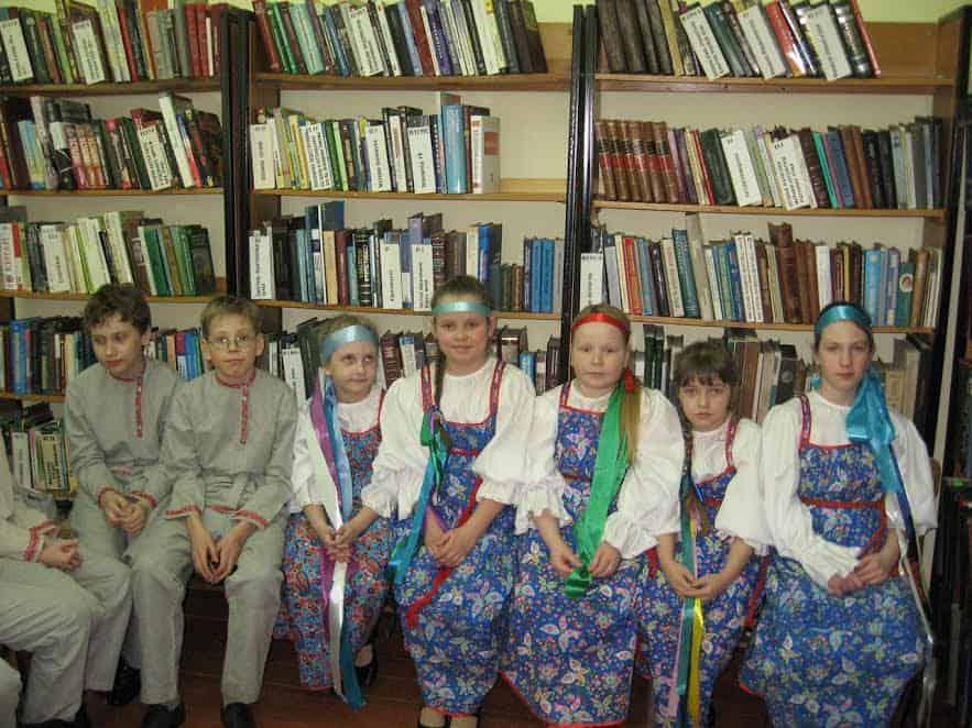 «Сродников» пришел поздравить детский фольклорный коллектив «Небылицы» под руководством Е.В. Ольшаковой, который и спел, и станцевал, и народные игры показал