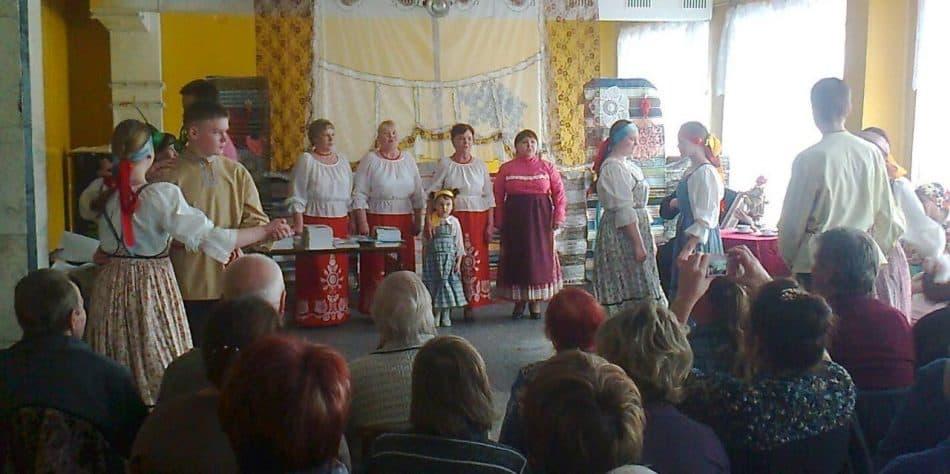 Выступают совместный взрослый и детский фольклорные коллективы ДК Толвуи «Заоне́женка»