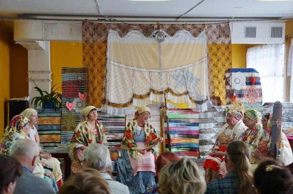 В гости приехала фольклорная группа из Ламбасручья «Бесёдушка», чей руководитель В.И. Росликова была автором первой книги (в центре у прялки). Самодеятельные артисты порадовали зрителей песнями и разговорами на диалекте, забавными историями из деревенской жизни