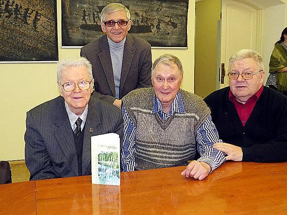 Александр Валентик (слева) с друзьями и с новой книгой. Фото Национального музея РК