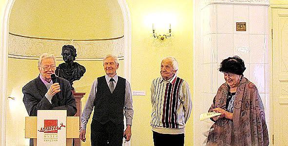 Александр Валентик (слева), рядом его друг детства, фотожурналист Виктор Трошев и врач Людмила Баранова